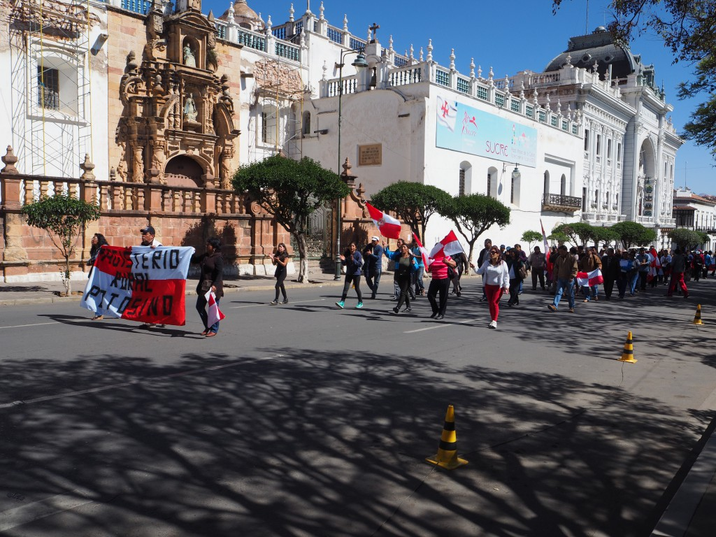 Peaceful Potosi protests reached Sucre, stopping traffic getting in to the main square