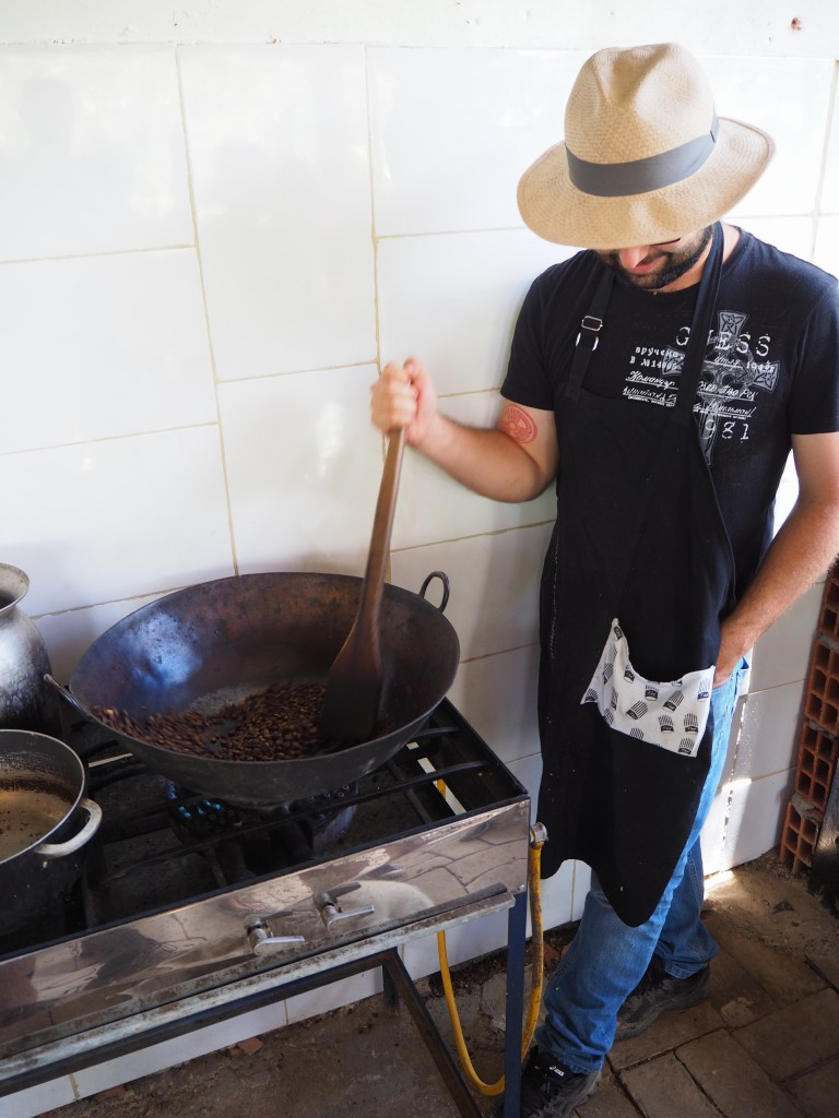 Roasting coffee beans, the Colombian way